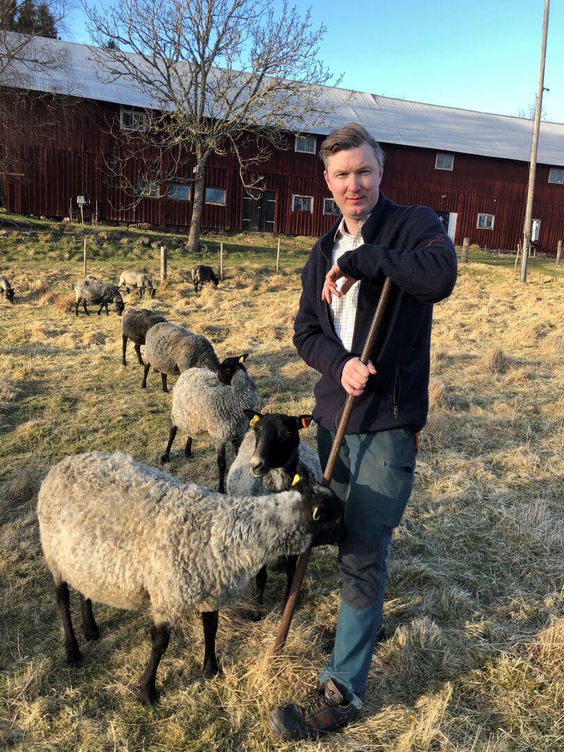Axel Hjelmer hemma på gården