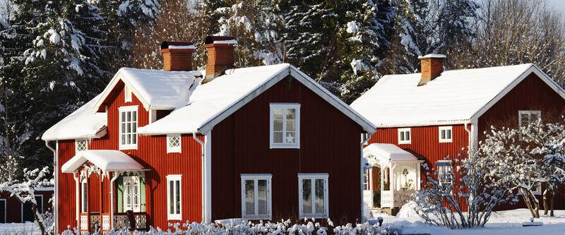 Bild hus i vinterskrud