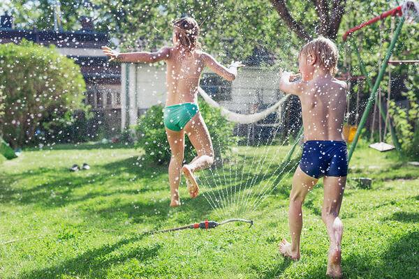 Barn i vattenspridare